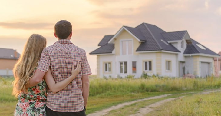 couple admire nouvelle maison